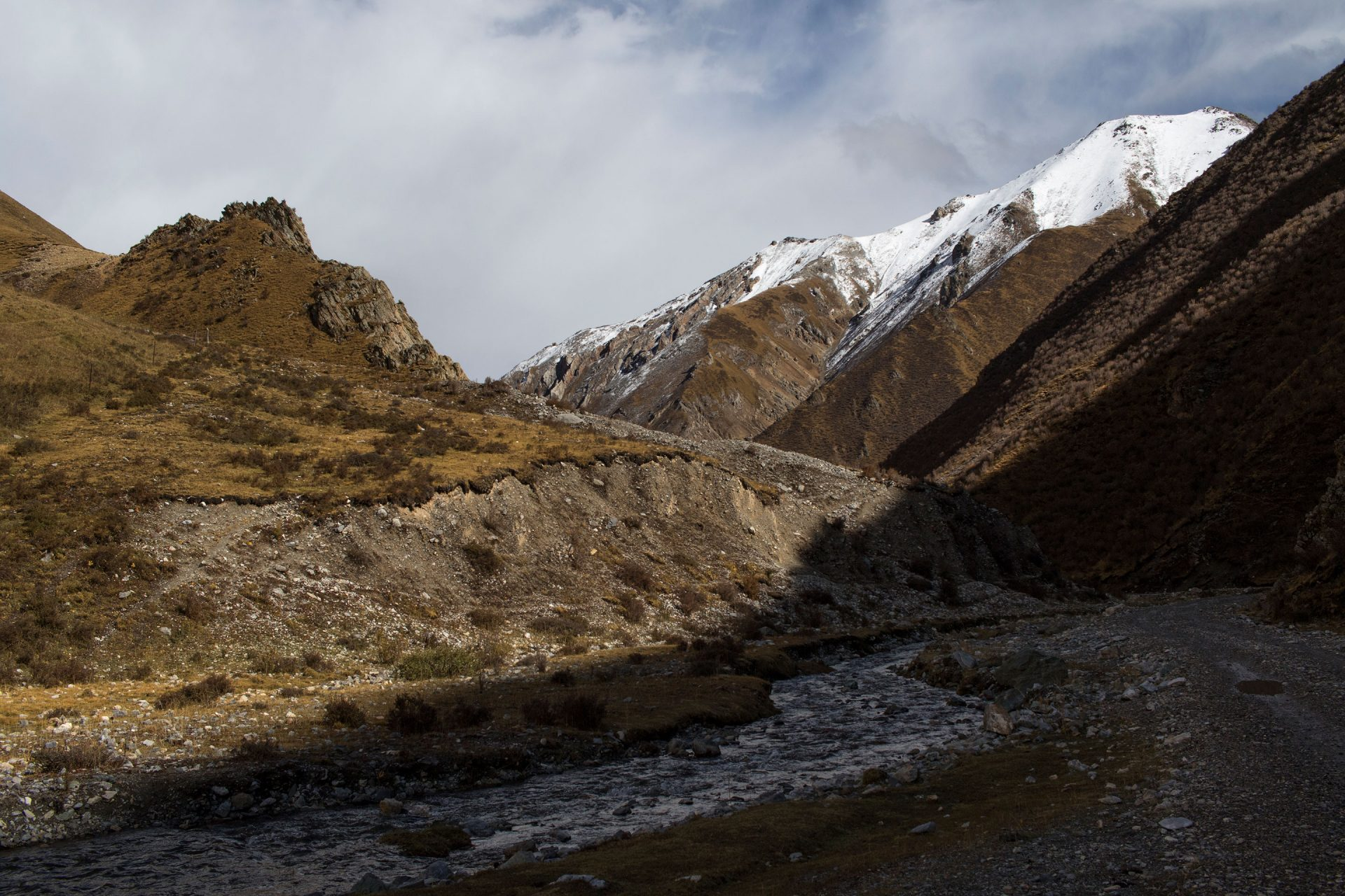 Even though we were at above 4000 m in the valleys, snow seemed only to stick at the peaks.